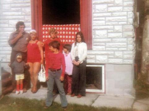 Au chalet au Lac Clair, à la Macaza. Yvon et Jacqueline entourés de trois de ses enfants, Isabelle ,Marco et Jocelyn ainsi que deux petites invitées. Photo prise en août 1977.