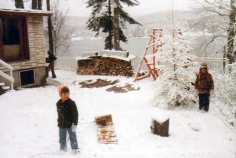Dany Sarazin, cousin de Jakel au chalet en hiver. Remarquez en arrière plan à gauche, Jocelyn rentrant du bois.