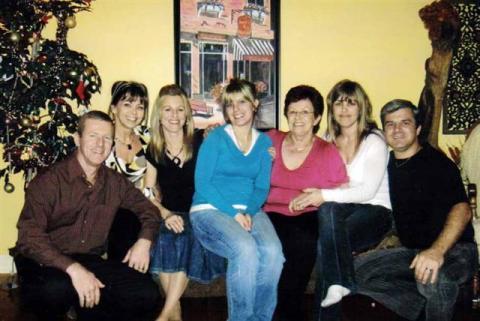 De gauche à droite. Les enfants de Jacqueline. Jocelyn, Mylène, Isabelle, Valérie (sa petite-fille, la fille de Johanne), Jacqueline, Jakel et Marco.