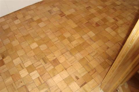 Le palier de l'escalier, fait avec du bois de palette.