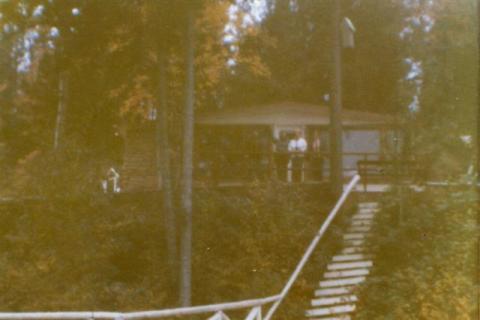 La facade du chalet de Yvon. Remarquez les marches pour l'accès au lac.
