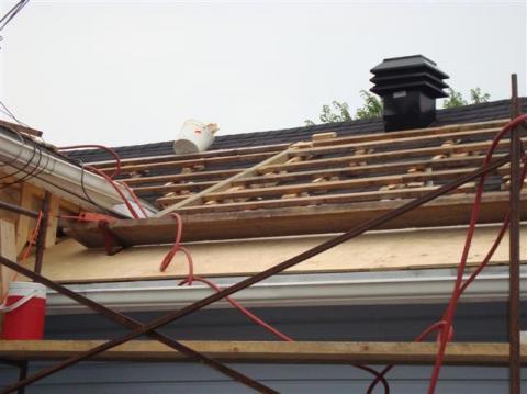 Redressement d'une partie de la toiture.