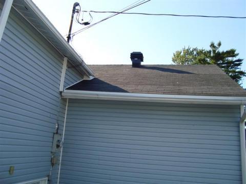 Redressement d'une partie de la toiture. Résultat à la fin. Bardeaux d'asphalte.