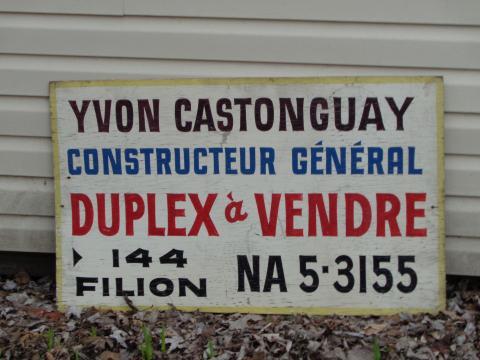 """Sa pencarte """"À vendre"""" pour ses constructions."""