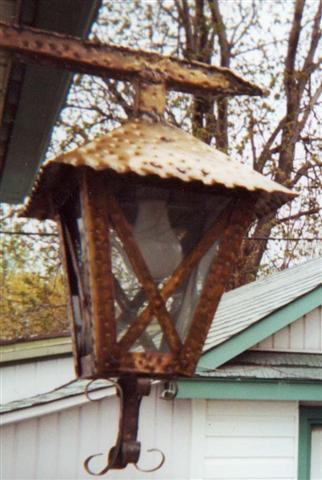 Une lanterne en laiton, oeuvre d'art signé Yvon.