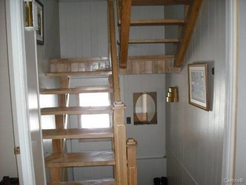 Une vue un peu plus générale de l'escalier en bois franc.