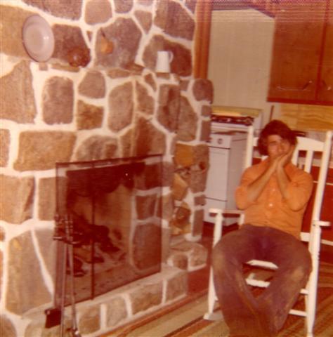 Michel à l'harmonica en septembre 1975 au chalet de Yvon.