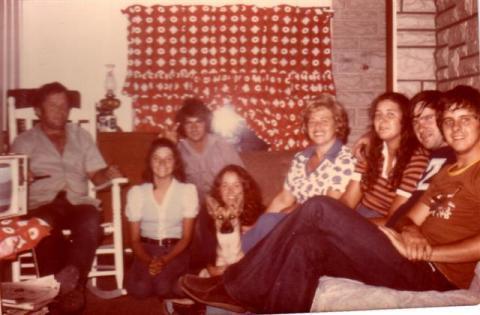 Au chalet de Yvon en juillet 1975. De gauche à droite Yvon, Manon lebeau, Michel Lebeau, Christiane et son chien Kami, Solange, Diane Lebeau et son mari Jean-Pierre Rouleau et Pierre Lebeau.