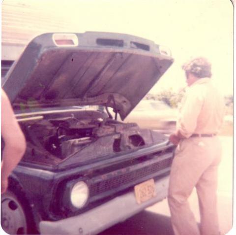 Son chevrolet 68. En route pour le chalet, nous devions nous arrêter souvent pour remplir le radiateur d'eau. Juillet 1974