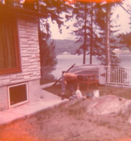 Yvon au travail, à son chalet en août 1974.