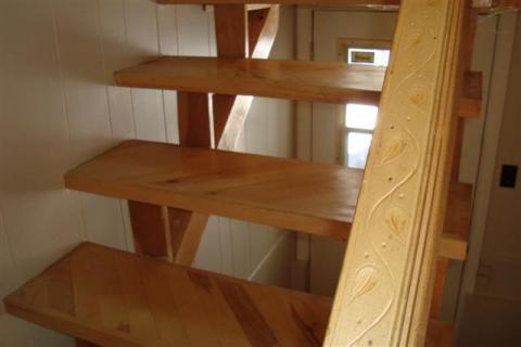 Escalier fait de matériaux recyclés.