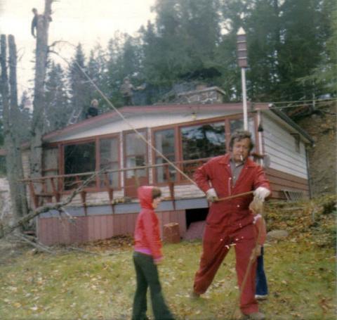 Yvon au travail, la cigarette au bec avec la petite Jakel et Isabelle en arrière plan, filles de Jacqueline. Michel grimpé dans l'arbre. Jocelyn et Marco sur la toiture.