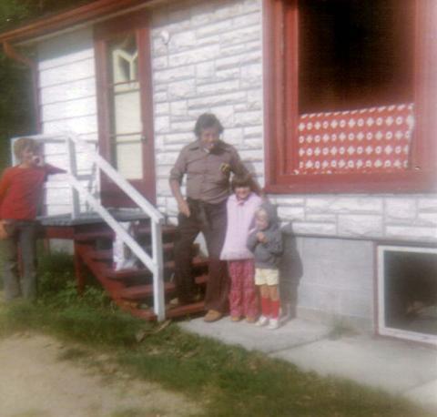 Yvon avec Jocelyn, Jakel et Isabelle. Photo prise en août 1977 au chalet.