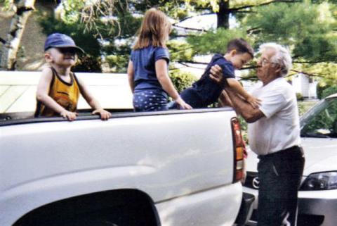Yvon et les petits-enfants de sa conjointe.