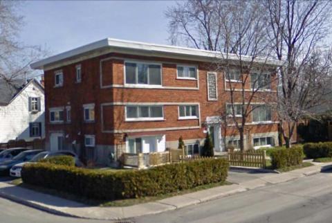 Yvon a construit cet immeuble à logement coin Roi-du-Nord et Filion à Ste-Rose de Laval. Yvon avait pris le même plan d'architecte que l'hôpital, mais exécuté à l'envers